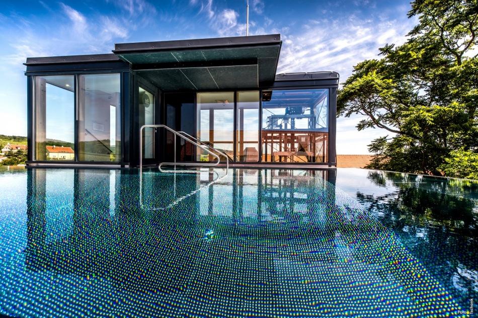 infinity pool am dach symposion hotel althof retz foto tschank. Black Bedroom Furniture Sets. Home Design Ideas
