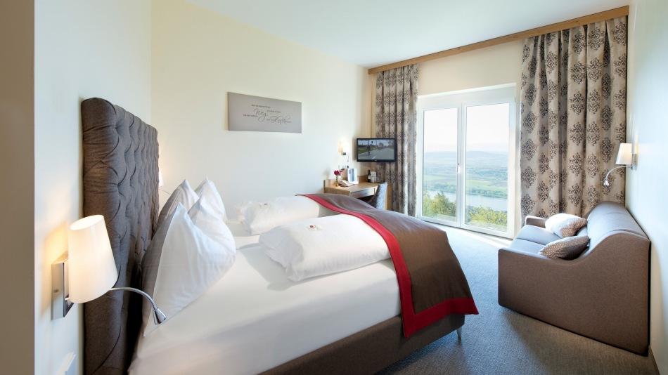 neue zimmer mit ausblick auf die donau symposion hotel restaurant. Black Bedroom Furniture Sets. Home Design Ideas